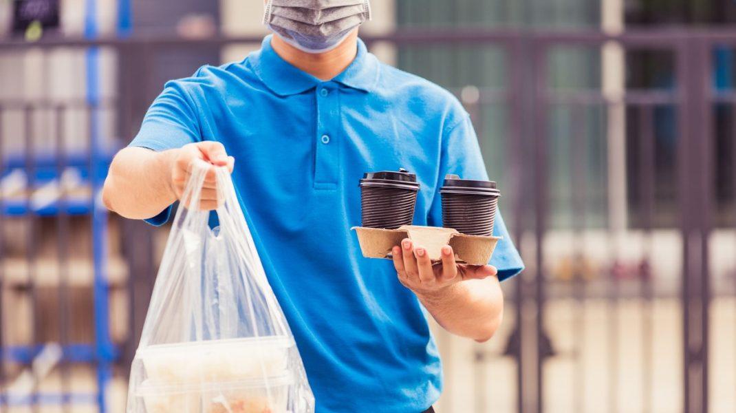 Mâncăm plastic, la propriu. Media consumată într-o săptămână, echivalentul unui card bancar