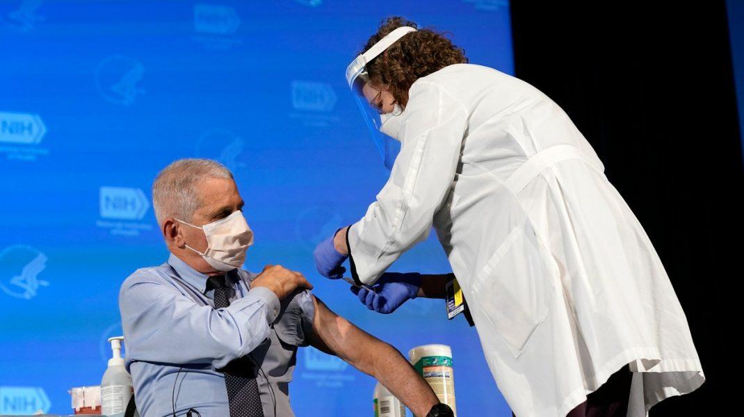 Anthony Fauci s-a vaccinat în direct împotriva Covid-19. Momentul în care primește serul produs de Moderna. VIDEO