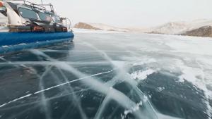 Imagini spectaculoase din Siberia: Pe Lacul Baikal, cel mai adânc din lume, se poate merge cu mașina