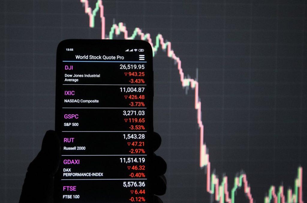 """Companii chineze susținute de Armată, scoase de pe lista burselor din SUA. Un expert economic îți spune ce înseamnă aceste """"șicanări"""""""