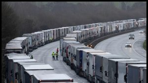Șoferii de TIR pot trece granița franco-britanică dacă au un test COVID negativ. Mărturia unui șofer român