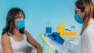 Cum arată cardul de vaccinare anti-COVID. Se va acorda fiecărui cetățean britanic vaccinat, începând de marți