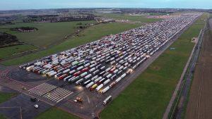 Franța redeschide granițele șoferilor britanici care au teste COVID-negative. Cozi de 3.000 de TIR-uri în Kent. FOTO și VIDEO