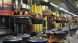 """Șomajul, """"cadou"""" de Crăciun pentru sute de angajați ai unei fabrici de anvelope"""