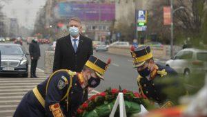 Iohannis le-a dus flori eroilor căzuți la Revoluție. Nu a depus el coroana, ci doi militari