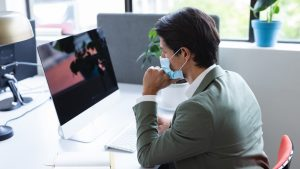 Persoanele care nu sunt obligate să poarte masca la locul de muncă. Cine eliberează adeverința doveditoare