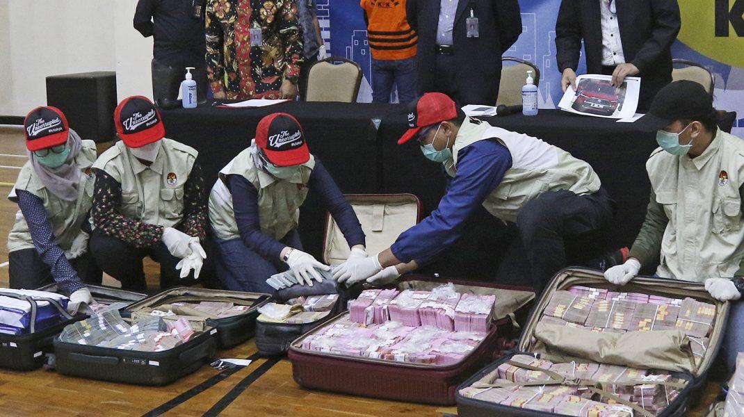 Ministru, arestat pentru că a făcut un 1 milion de dolari din ajutoarele pentru săraci