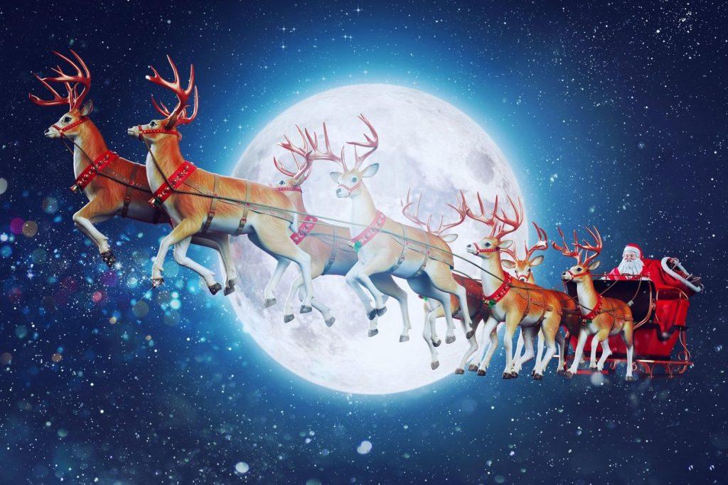 Moș Crăciun în sania trasă de reni