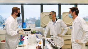 O echipă de oameni de știință încearcă să afle cum a ajuns coronavirusul la oameni