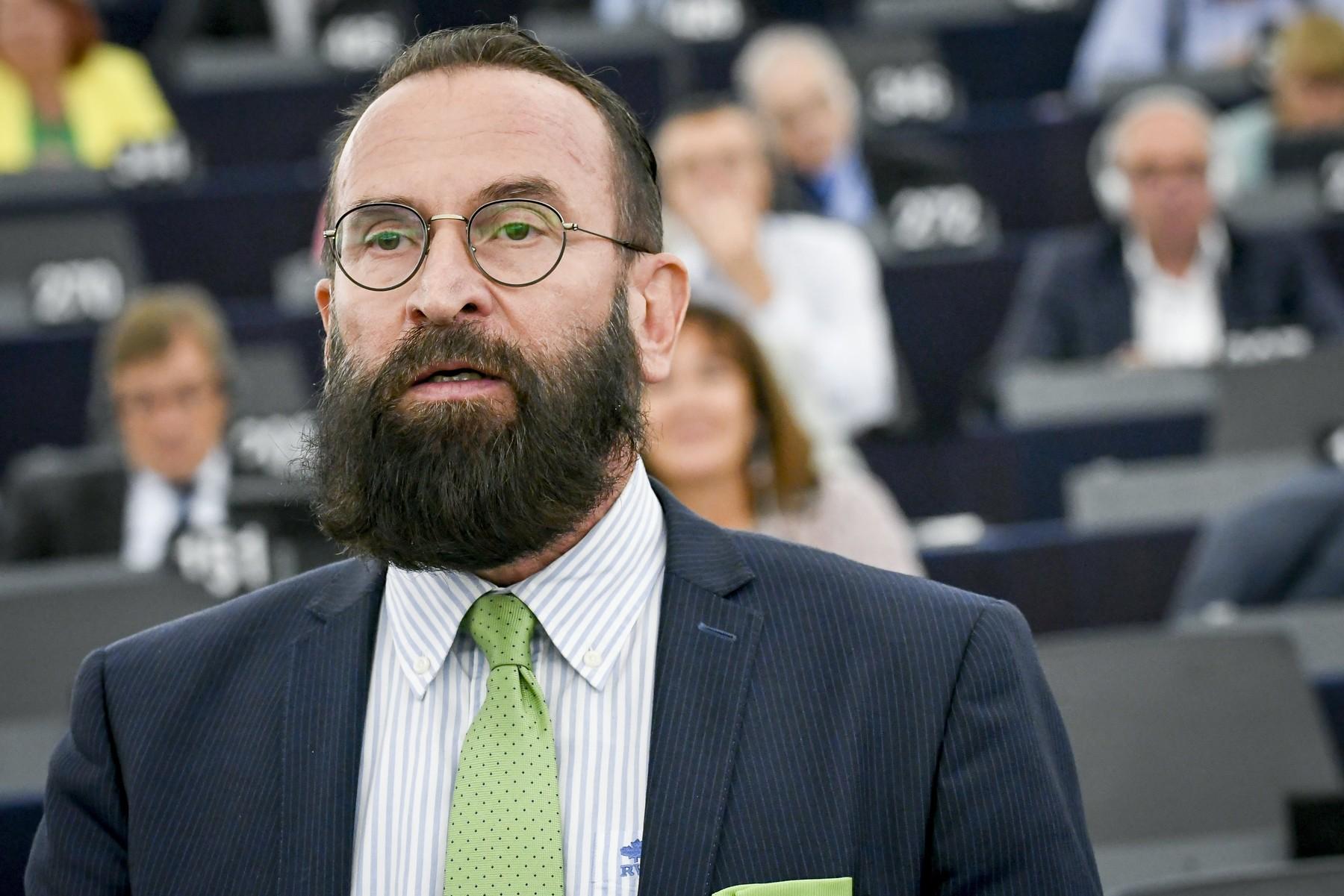 Cine e eurodeputatul prins de polițiști în timp ce participa la orgia de la Bruxelles? Acesta și-a anunțat demisia