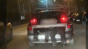 O șoferiță și-a transportat soțul aflat în stare de ebrietate în portbagajul mașinii. Reacția Poliției. VIDEO