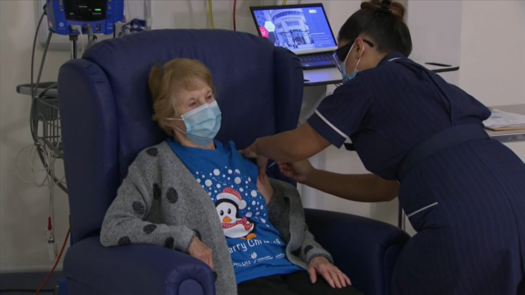 """Prima persoană din lume care primește vaccinul anti-COVID are 90 de ani: """"Dacă eu pot, puteți și voi"""" VIDEO"""