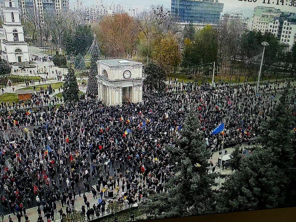 Protest în Chișinău. Câteva mii de moldoveni cer demisia Guvernului și organizarea alegerilor anticipate