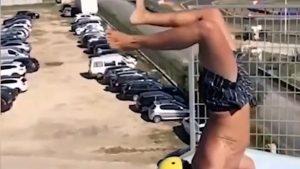 Săritura spectaculoasă în apă a unui spaniol pasionat de surfing. Cascadoria îmbină gimnastica și saltul în bazin