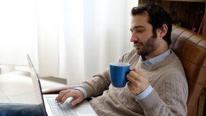 INS: Bărbații folosesc mai des internetul decât femeile