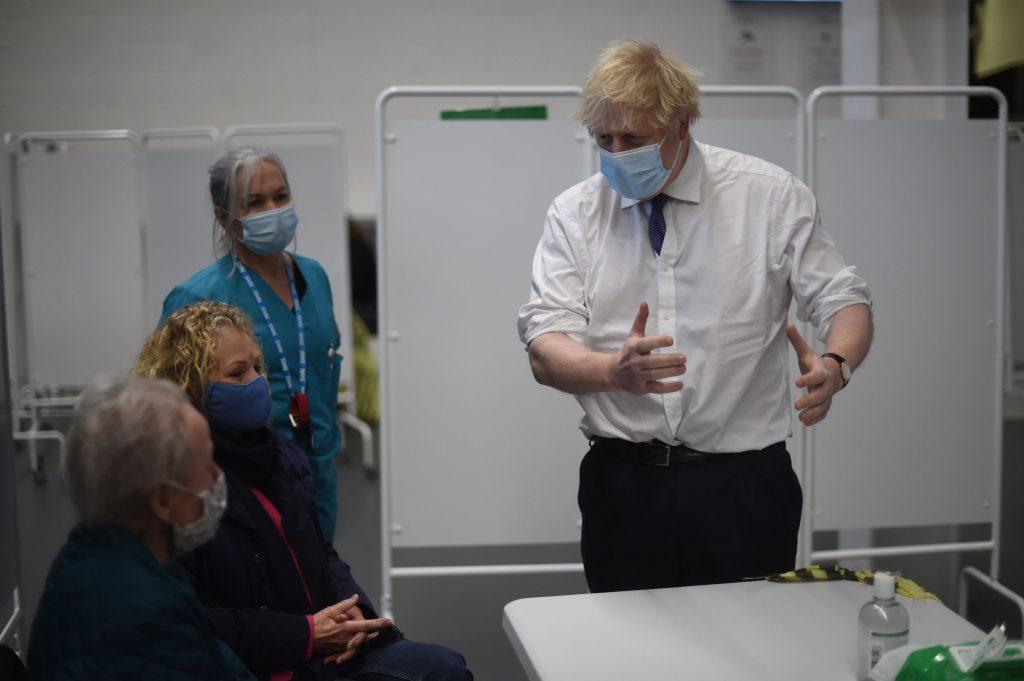 Boris Johnson vrea vaccinare non-stop pentru oamenii din Marea Britanie. De ce s-au schimbat planurile