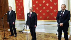 Liderii Azerbaidjanului și Armeniei s-au întâlnit cu Putin. Cei doi nu și-au dat mâna, dar s-au îmbrățișat cu președintele Rusiei