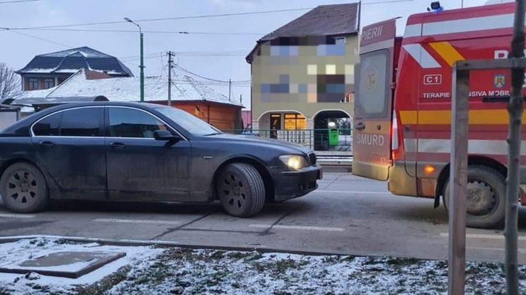 Un şofer cu BMW a blocat o ambulanţă care avea de preluat un pacient în comă