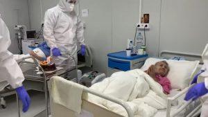 Pacientă COVID-19, sărbătorită cu tort de cadrele medicale, la împlinirea vârstei de 94 de ani