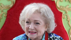 Betty White, cea mai longevivă și simpatică artistă a Hollywood-ului, împlinește azi 99 de ani