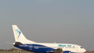 Blue Air a rambursat doar 30% din suma biletelor anulate din cauza restricțiilor. Care e situația altor companii de zbor