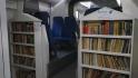 Un operator privat de trenuri din România a montat rafturi cu cărți în vagoane. Cum au reacționat călătorii