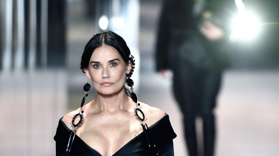 """Demi Moore, apariție surpriză la Paris Fashion Week. Reacțiile fanilor: """"Ce naiba ți-ai făcut la față?"""". VIDEO"""