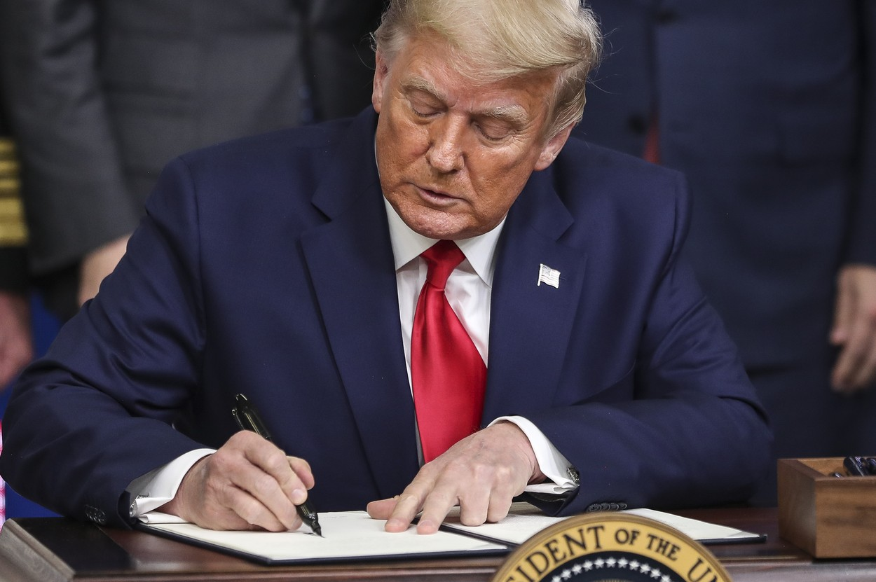 Donald Trump i-a lăsat o scrisoare lui Joe Biden, înainte de a pleca de la Casa Albă. Ce scria pe bilet