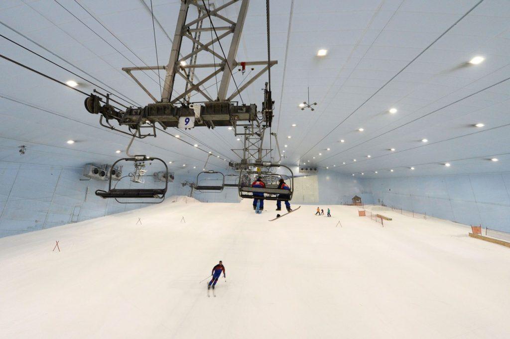 O companie din Dubai produce 300.000 de plăci de snowboard pe an. Ce venituri încasează