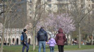 Studiu: Femeile din România se implică în procent de 89% în creșterea copiilor. Bărbații, doar 55%. Situația în alte țări ale UE