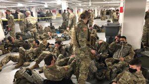 """Mii de soldați ai Gărzii Naționale au fost obligați să doarmă pe jos, într-o parcare. """"Ne-au mulțumit că i-am protejat și apoi ne-au aruncat în stradă"""""""