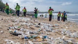 Faimoasele plaje din insula Bali sunt inundate de gunoaie și în pandemie. VIDEO