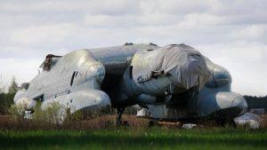 """""""Monstrul"""" inedit al aviației sovietice care nu a decolat niciodată, părăsit pe un câmp lângă Moscova"""