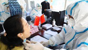 o femeie din wuhan este testata la coronavirus.