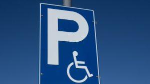 Cum a scăpat un bărbat de amenda primită după ce a parcat pe un loc destinat persoanelor cu handicap. I-a trebuit un an