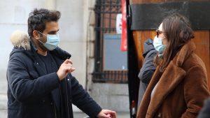 Studiu: Particulele emise în timp ce vorbești răspândesc coronavirusul mai mult decât tusea