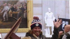 Cine este bărbatul care căra pupitrul lui Nancy Pelosi la asaltul de la Capitoliu