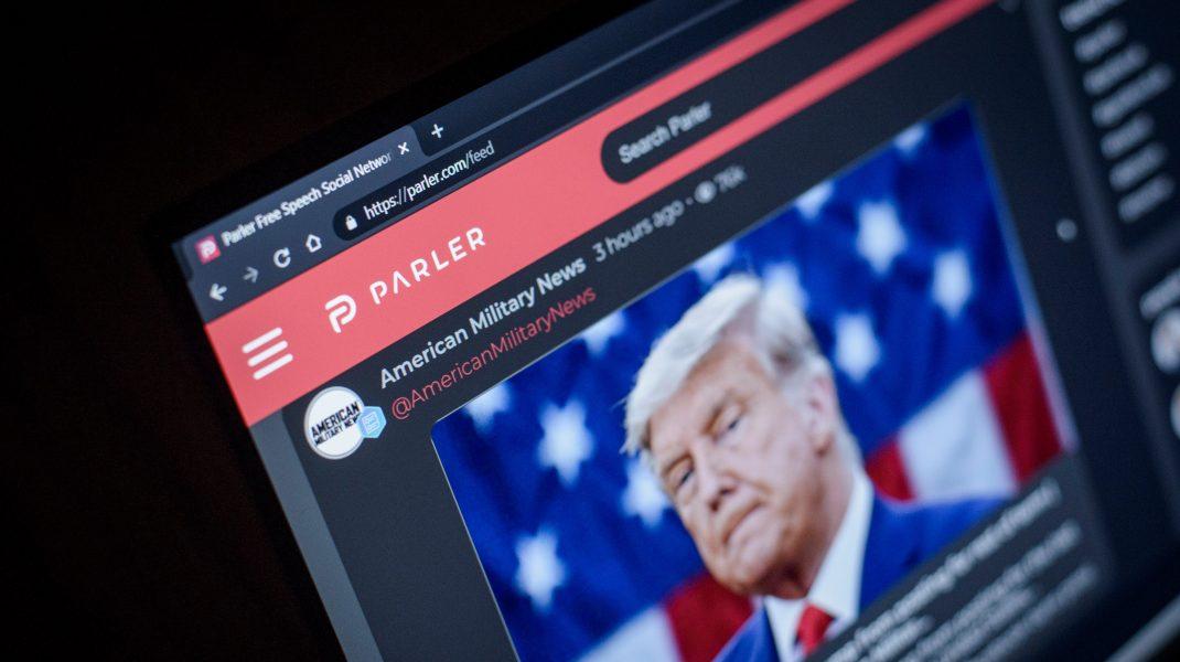 Google a suspendat Parler, platforma folosită de suporterii lui Trump, din Play Store. Decizia Apple