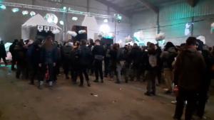 2.500 de persoane au sărbătorit revelionul la o petrecere rave ilegală. Polițiștii au fost atacați cu pietre. VIDEO