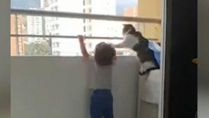 """Video viral. O pisică, """"înger păzitor"""" pentru un bebeluș. Momentul în care îl îndepărtează pe micuț de balustrada unui balcon"""