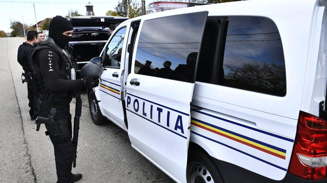 politisti la o perchezitie.