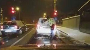 VIRAL Omenie, înainte de funcție. Momentul în care un polițist coboară din mașină și șterge luneta autoturismului din față