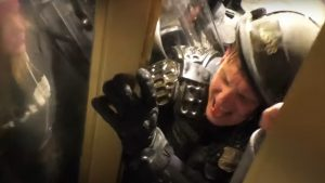 Imagini șocante din timpul asaltului de la Capitoliu. Momentul în care un polițist este strivit între uși de mulțimea furioasă. VIDEO