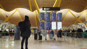 o tanara pe un aeroport din portugalia.