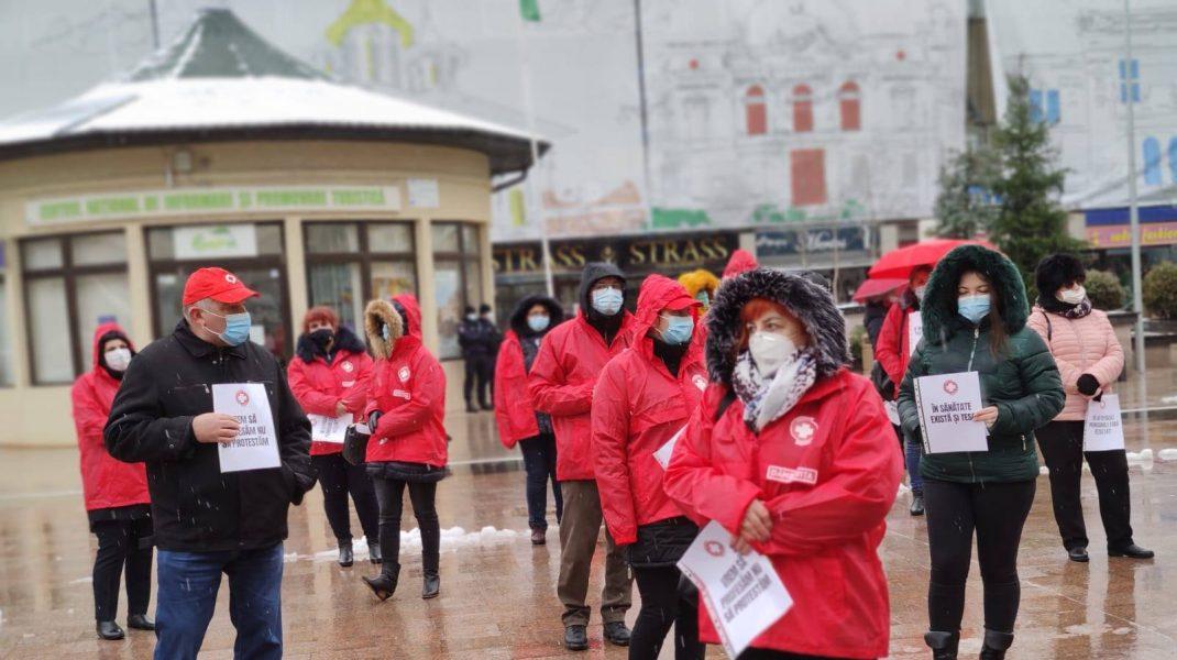 Sindicaliștii Sanitas protestează. Ordonanța care îngheață salariile bugetarilor a scos personalul medical în stradă
