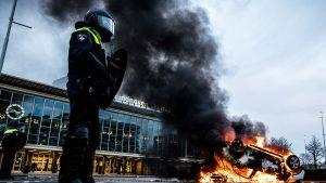 A treia zi de proteste anti-restricții în Olanda. Manifestanții s-au bătut cu polițiștii și au incendiat mașini. FOTO și VIDEO