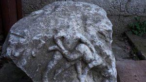 Bucată de sarcofag, evaluată la aproximativ 2.500 de euro, găsită în locuința unui bărbat din Constanța