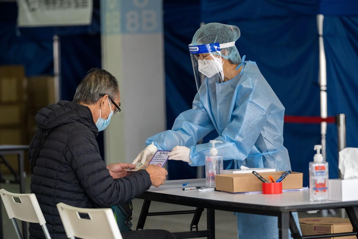 China a introdus testele anale pentru Covid-19. Medicii spun că procedura este mai eficientă în detectarea virusului