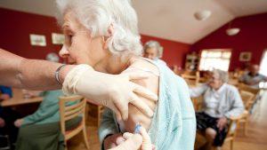 Vaccinul AstraZeneca a fost aprobat, dar nu se știe sigur dacă este bun pentru vârstnici. Explicația unui profesor în medicină farmaceutică