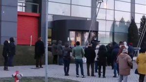 Vaccinare începută cu întârziere la Craiova. Zeci de persoane au aşteptat în frig din cauza platformei nefuncționale
